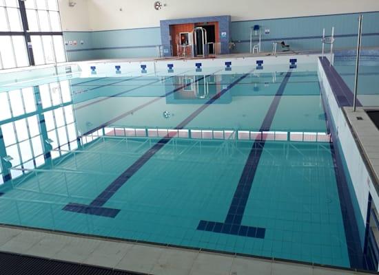 """בריכת השחייה ברהט, שהוקמה ב־2018, הראשונה ביישוב בדואי בנגב / צילום: יח""""צ"""