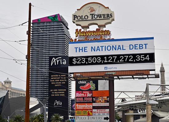"""החוב הלאומי של ארה""""ב על שלט בלאס וגאס, 2020 / צילום: Associated Press, David Becker"""