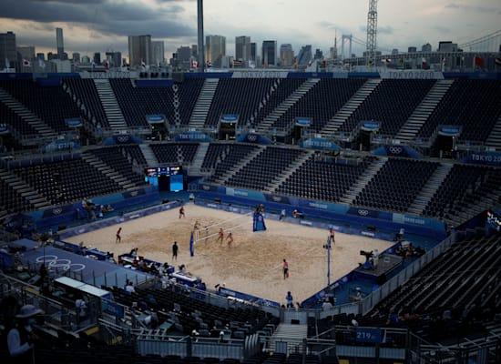 נבחרת גרמניה ונבחרת שוויץ מתחרות זו בזו בכדורעף חופים באצטדיון ריק מצופים באולימפיאדת טוקיו / צילום: Associated Press, Felipe Dana