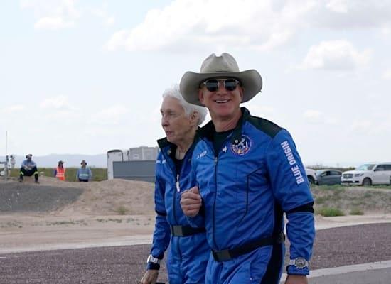 ג'ף בזוס עם שעון אומגה לאחר הנחיתה / צילום: Associated Press