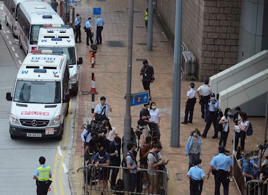 כוחות משטרה ועיתונאים ביציאה מבית המשפט בהונג קונג, היום / צילום: Associated Press, Vincent Yu