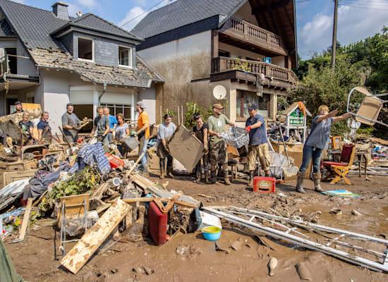תושבים מקומיים ומתנדבים מפנים את ההריסות בכפר מאישוס, בשבוע שעבר / צילום: Reuters, Christoph Reichwein