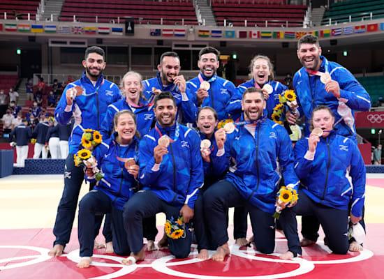 חברי נבחרת הג'ודו הישראלית עם מדליית הארד בתחרות הקבוצתית בג'ודו אתמול / צילום: Associated Press, Vincent Thian