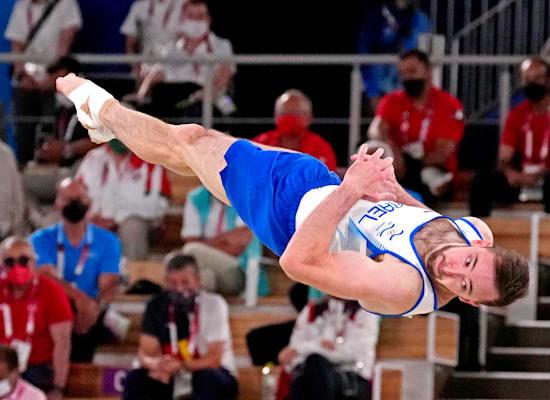 ארטיום דולגופיאט מבצע את התרגיל הקרקע בגמר באולימפיאדת טוקיו / צילום: Reuters, USA TODAY Sports