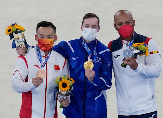 ארטיום דולגופיאט (במרכז) עם מדליית הזהב, מימין הספרדי ריידרלי זפאטה שזכה במדליית הכסף ומשמאל הסיני רוטנג שיאו, שזכה בערד / צילום: Associated Press, Gregory Bull