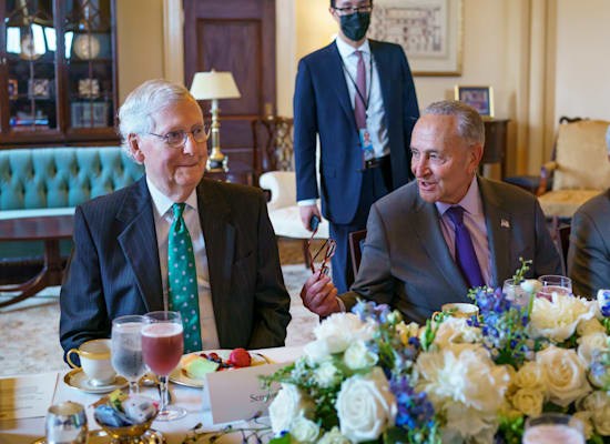 מנהיג הרוב הדמוקרטי בסנאט, צ'אק שומר (ימין), ומנהיג הסיעה הרפובליקאית בסנאט, מיץ' מקונל, אוכלים צהריים בקפיטול בוושינגטון / צילום: Associated Press, J. Scott Applewhite