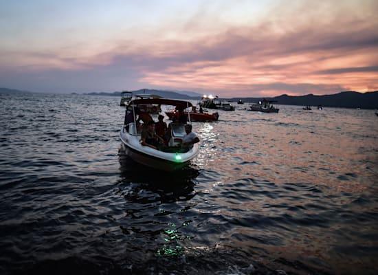 אנשים את אזור היסרונו הטורקי בספינות בעוד השריפות יוצאות משליטה / צילום: Associated Press