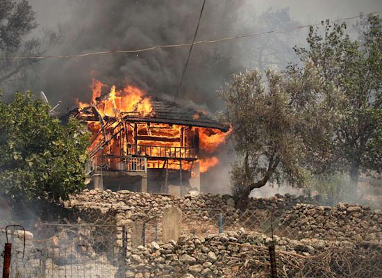 בית שנמצא סמוך לעיר הטורקית בודרום עולה באש / צילום: Associated Press