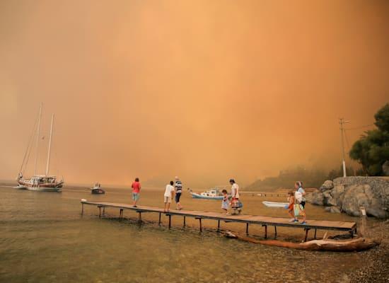 תיירים באזור בודרום הטורקי מחכים לחילוץ בשל השריפות / צילום: Associated Press, Emre Tazegul