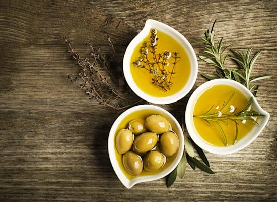 שמן זית עם עשבי תבלין / צילום: Shutterstock