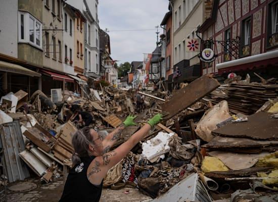הרי אשפה במרכז באד נוינהר-ארווילר, גרמניה, בעקבות השטפונות / צילום: Associated Press, Bram Janssen