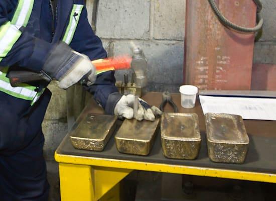 עובד חותם על מטילי זהב מלוטשים במפעל קומטר / צילום: Reuters, Shamil Zhumatov