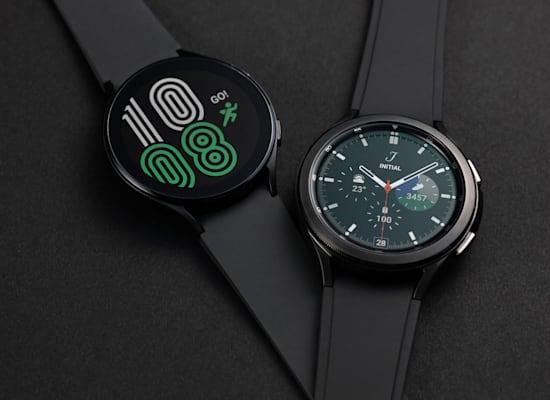 מימין: Galaxy Watch4 Classic ו-Galaxy Watch4 / צילום: סמסונג