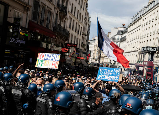 הפגנה בפריס נגד החיסונים, בשבוע שעבר / צילום: Associated Press, Adrienne Surprenant