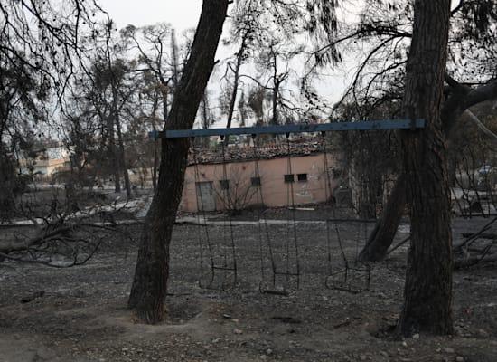 גן משחקים שרוף באי היווני אוויה / צילום: Reuters, Stelios Misinas