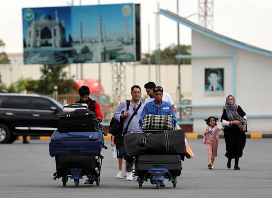 נוסעים שעוזבים את אפגניסטן בנמל התעופה הבינלאומי חאמיד כרזאי בעיר הבירה קאבול / צילום: Associated Press, Rahmat Gul