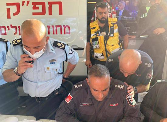 ניצב דורון תורג'מן ורב טפסר דדי שמחי בהערכת המצב / צילום: דוברות המשטרה
