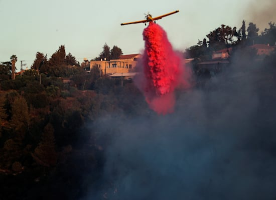 מטוסי כיבוי במאבק לכבות את שריפת הענק בהרי ירושלים / צילום: Reuters, AMMAR AWAD