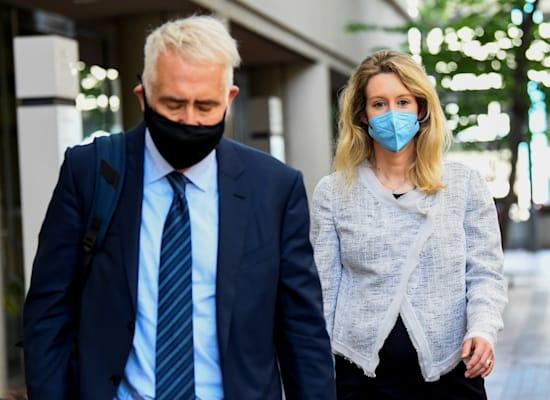 אליזבת הולמס יוצאת מבית המשפט / צילום: Reuters, Kate Munsch