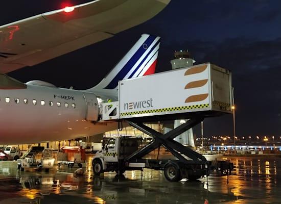 העברת מזון של ניורסט למטוס / צילום: ניורסט