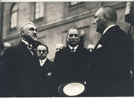 נורוק (משמאל) עם נשיא לטביה, מאי 1931. עסקן ציבורי במדינה באלטית קטנה / צילום: באדיבות המוזיאון היהודי בריגה