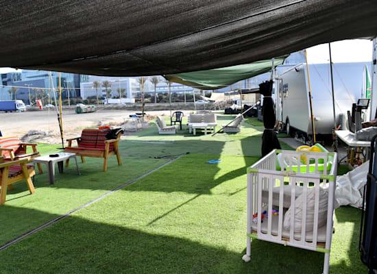 מרפסת מאולתרת באתר הקרוואנים בחיפה / צילום: פאול אורלייב