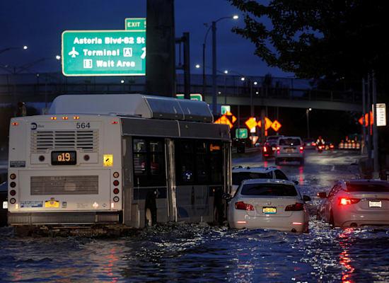 אוטובוס מפלס את דרכו בין עשרות מכוניות שננטשו באמצע הכבישים / צילום: Reuters, Brendan McDermid