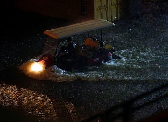 נוסעים במכונית גולף מנסים לצלוח את הנסיעה בשלום / צילום: Reuters, Danielle Parhizkaran-USA TODAY