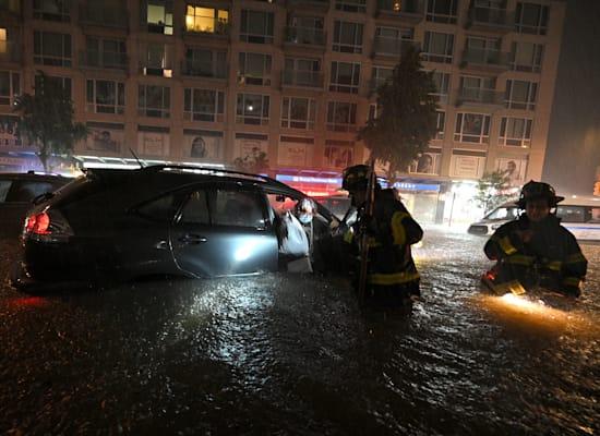 מכבי אש מנסים לעזור ללכודים במכוניות / צילום: Reuters, Anthony Behar/Sipa USA