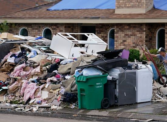 אדם בלה פלאס לואיזיאנה מפנה זבל והריסות ממביתו לאחר הוריקן איידה / צילום: Associated Press, Gerald Herbert