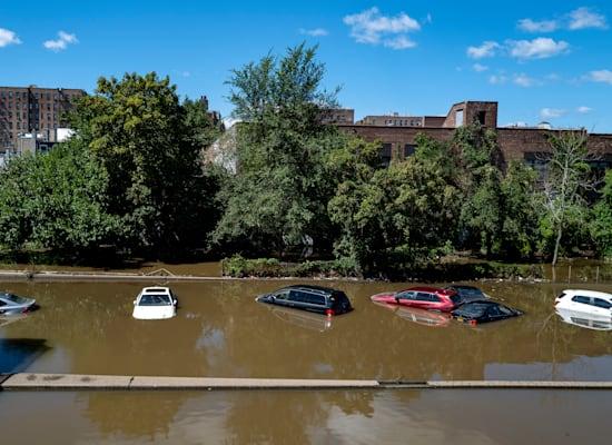כלי רכב שתקועים בתוך מים, לאחר שהוריקן איידה גרם לשיטפונות בעיר ניו יורק / צילום: Associated Press, Craig Ruttle