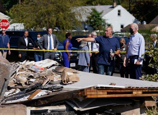 נשיא ארה''ב ג'ו ביידן מבקר בשכונה שנפגע מהוריקן איידה בניו ג'רזי / צילום: Associated Press, Evan Vucci