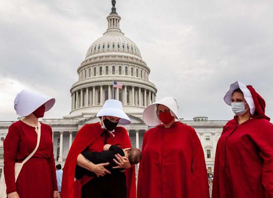 הפגנה מול בית המשפט העליון בוושינגטון הבירה בשבוע שעבר נגד חוק ההפלות בטקסס / צילום: Reuters, ANDREW KELLY