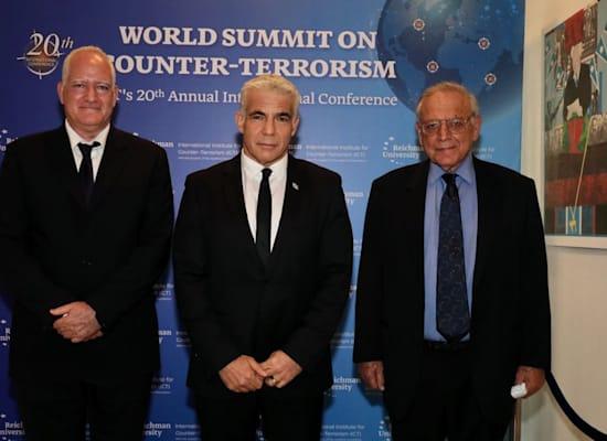 פרופ' אוריאל רייכמן, שר החוץ יאיר לפיד ופרופ' בועז גנור, מנכ''ל המכון למדיניות נגד טרור (ICT) / צילום: רונן טופלברג
