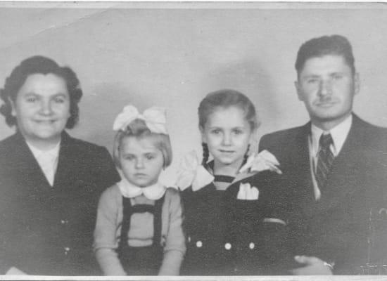 קריקו (שלישית מימין) עם הוריה ואחותה בהונגריה / צילום: תמונה פרטית