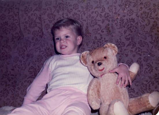הבת סוזן, עם הדובי שהחביא כסף / צילום: תמונה פרטית
