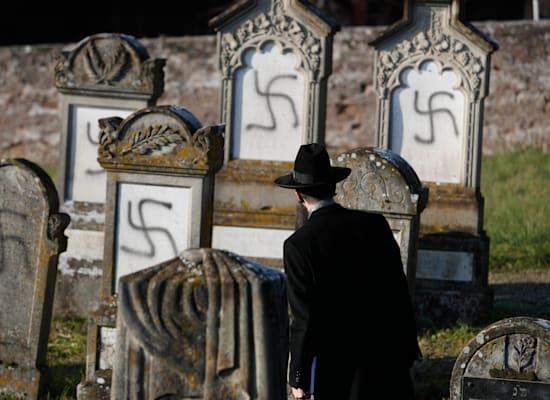 צלבי קרס בבית קברות היהודי בווסטהופן, הסמוכה לשטרסבורג שבצרפת, 2019 / צילום: Associated Press, Jean-Francois Badias