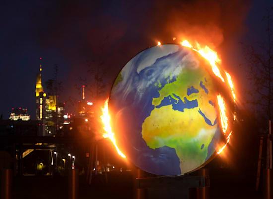 כדור ארץ בוער, שהונח על ידי פעילי סביבה מול הבנק המרכזי האירופי בפרנקפורט, אוקטובר / צילום: Associated Press, Michael Probst