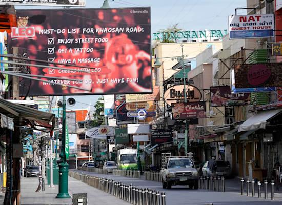 הרחוב התיירותי קאו סאן בבנגקוק סגור בשל הגבלות הקורונה בתחילת אוגוסט / צילום: Associated Press, Sakchai Lalit