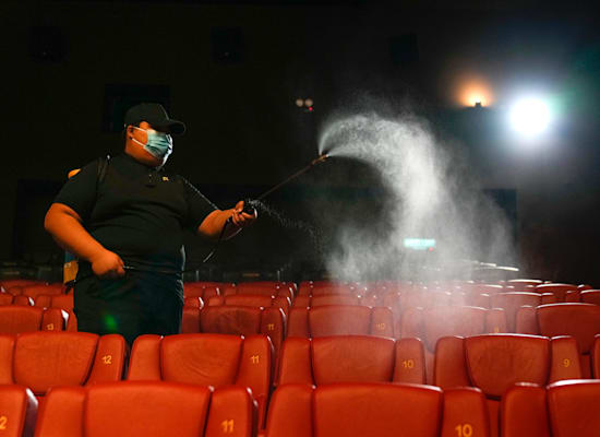 עובד קולנוע מחטא את האולם לקראת פתיחתו, תחילת ספטמבר בקואלה לומפור מלזיה / צילום: Associated Press, Vincent Thian