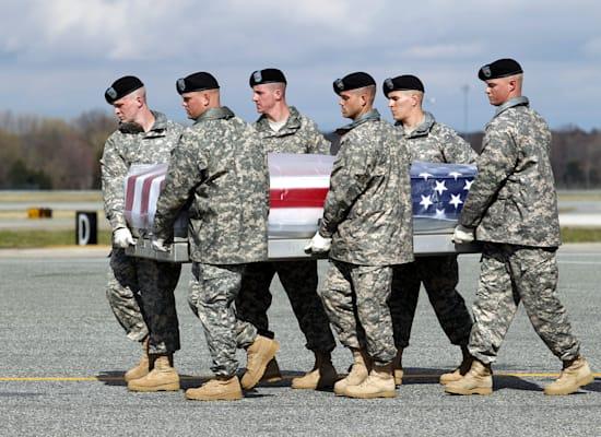 חיילים אמריקאים מפנים ארון קבורה של חברם שנהרג בעיראק, 2011 / צילום: Associated Press, Jose Luis Magana