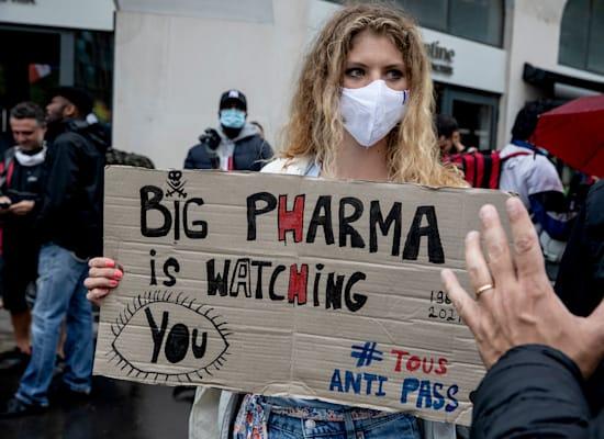הפגנה של מתנגדי חיסונים ותו ירוק בפריז, בתחילת אוגוסט / צילום: Associated Press, Adrienne Surprenant