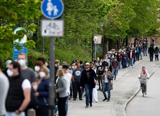 אנשים מחכים בתור לקבלת חיסון של אסטרהזנקה באוזר מינכן בגרמניה, במאי האחרון / צילום: Associated Press, Matthias Schrader