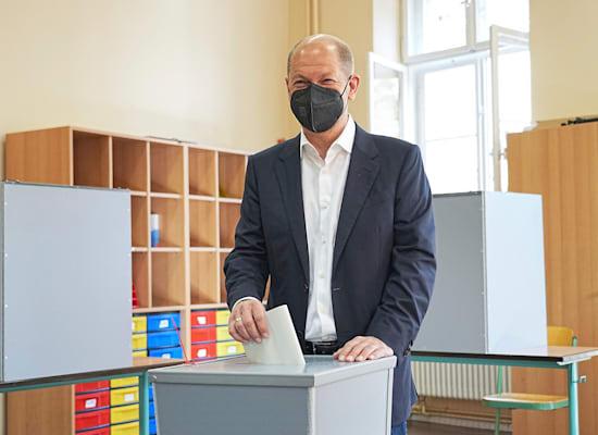 אולף שולץ, מנהיג המפלגה הסוציאל-דמוקרטית, מצביע בבחירות בגרמניה הבוקר / צילום: Associated Press, Michael Kappeler