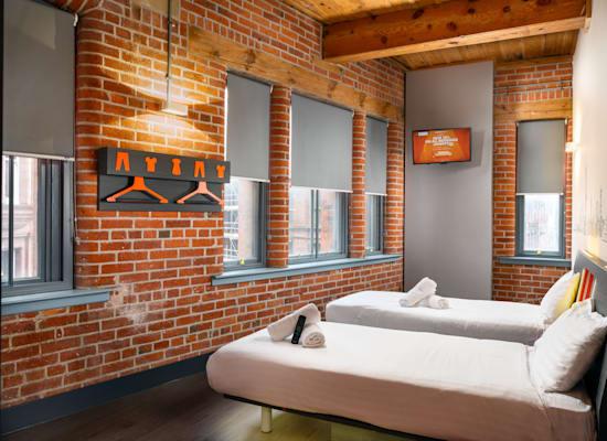 """חדר במלון של איזי הוטל באמסטרדם. """"אנחנו מתחרים בכל מודל שמציע מיטה ללילה"""" / צילום: easyHotel"""
