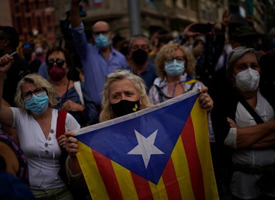 אישה מחזיקה בדגל העצמאות של קטלוניה / צילום: Associated Press, Joan Mateu