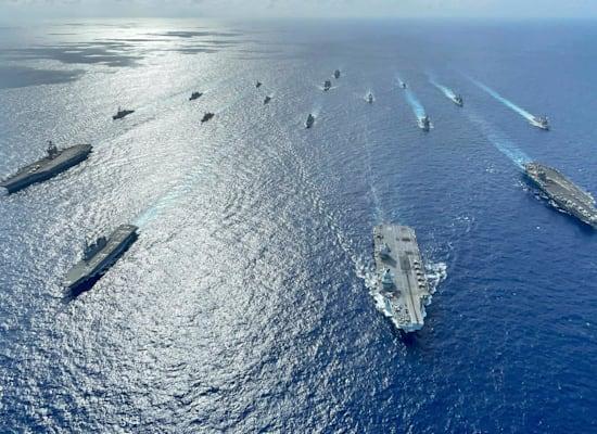 ספינות של בעלות הברית האינדו-פסיפי תחת פיקוד ארה''ב בהפגנת כוח מול סין בים הפיליפינים, החודש / צילום: Associated Press, Gray Gibson