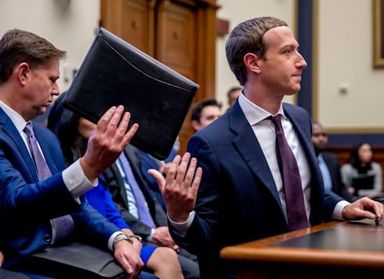 מארק צוקרברג וסגן נשיא פייסבוק, קווין מרטין, האחראי על מדיניות ציבורית בחברה, מחליפים מסמכים בשימוע בקונגרס, 2019 / צילום: Associated Press, Andrew Harnik