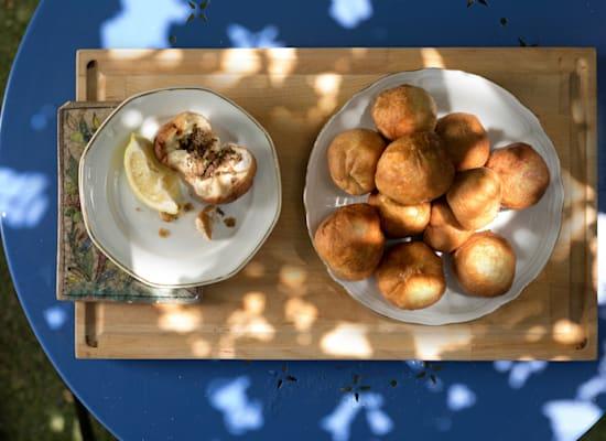 לחמזיקס. בצק שמרים ממולא בבשר טחון וצנוברים / צילום: באדיבות מוזיאון אנו