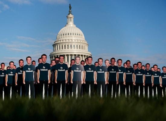 מחאה מול גבעת הקפיטול בוושינגטון בזמן שמארק צוקרברג מעיד בסנאט, אפריל 2018 / צילום: Associated Press, Carolyn Kaster